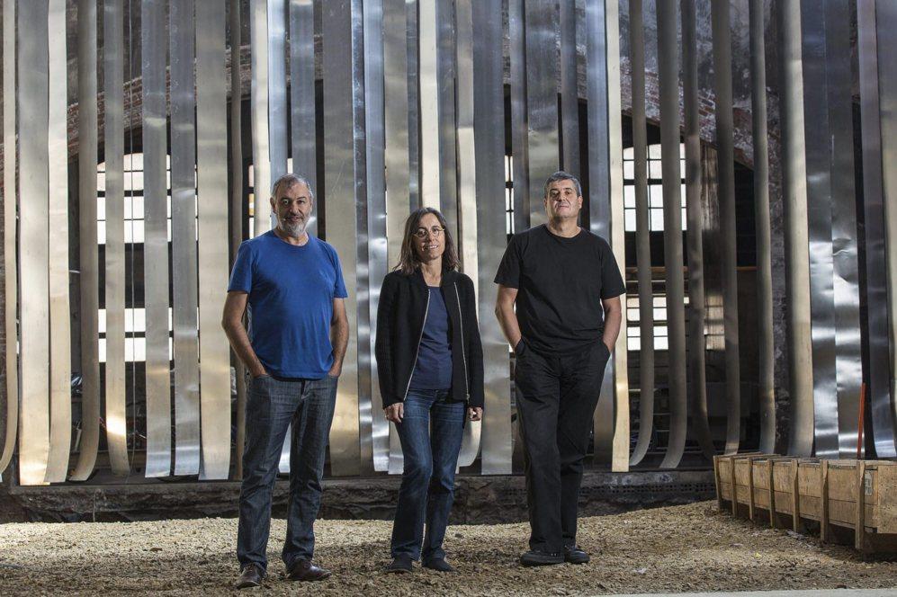 Ramon Vilalta, Carme Pigem y Rafael Aranda en su estudio de Olot.