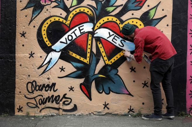 Un grafitero realizando una imagen de campaña a favor del...