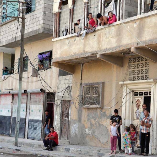 Residentes en Palmira, en una calle de la ciudad vieja, poco antes de...