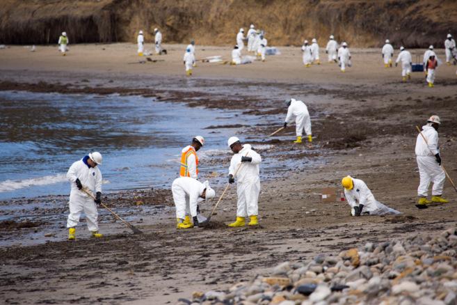 Algunas de las personas encargadas de limpiar el chapapote de la costa...