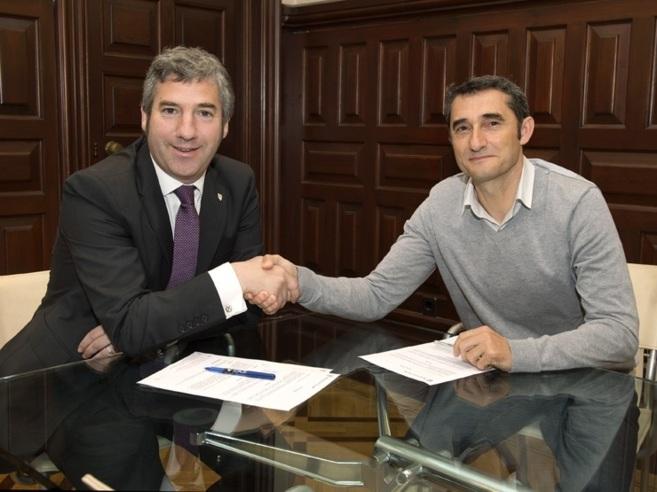 Valverde y el presidente del Athletic, Josu Urrutia, se estrechan la...