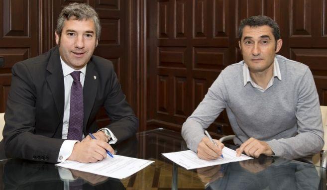 Valverde y el presidente del Athletic, Josu Urrutia, firmando el...
