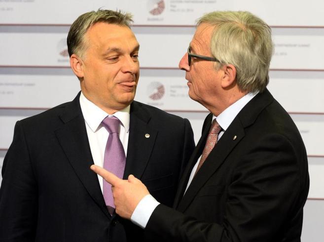 El primer ministro húngaro, Orban (izda.), junto al presidente de la...