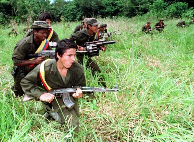 / Guerrilleros de las FARC patrullan la selva cerca de Miraflores,...