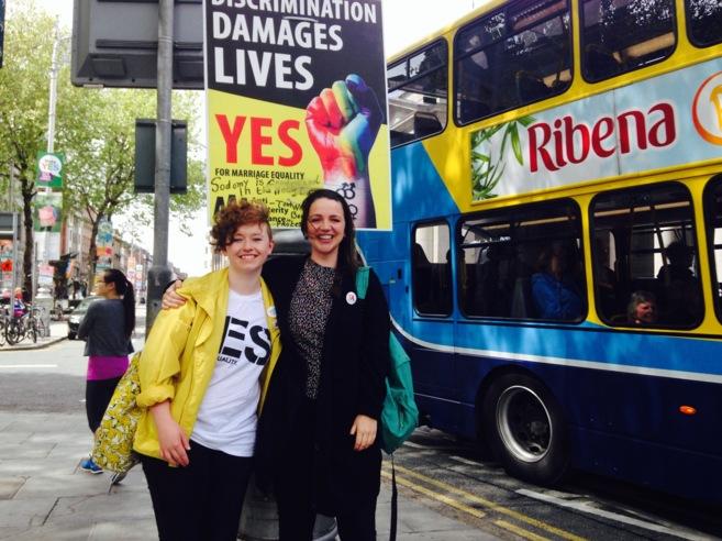 Las irlandesas Aifric Nichriodain y Marta Fitzgerald lucen signos a...