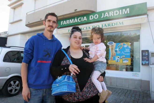 Lorena Pardo, junto a su marido e hija, tras comprar la vacuna.