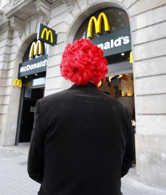 El demandante frente a un local de esta franquicia en Barcelona esta...