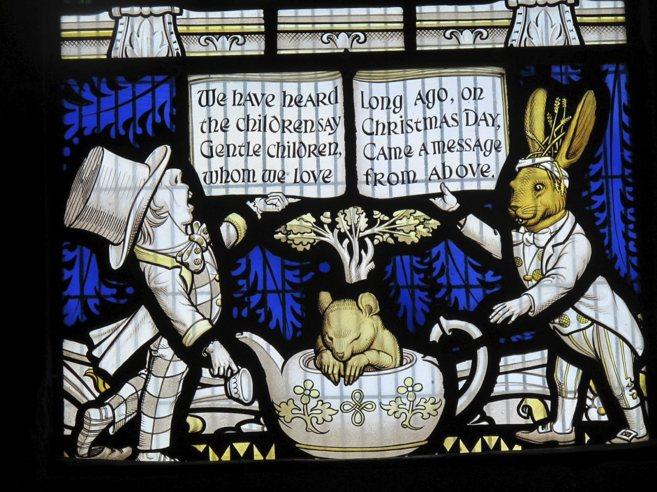 Vidriera de la parroquia de Daresbury en homenaje a 'Alicia en el...