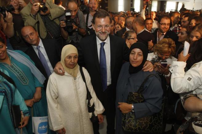 Mariano Rajoy, acompañado de mujeres musulmanas durante un acto...