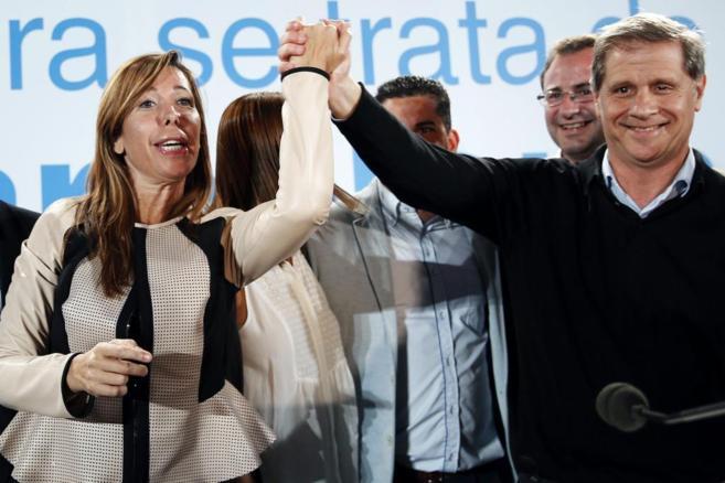 La presidenta del PP de Cataluña, Alicia Sánchez-Camacho, junto al...