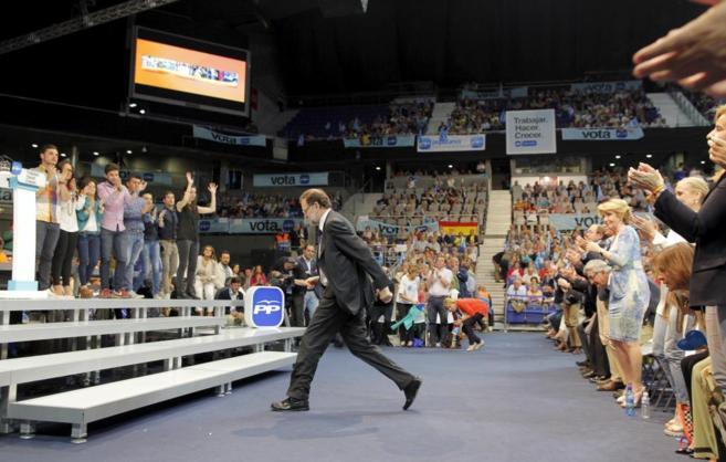Mariano Rajoy se dirige al escenario de cierre de campaña del PP en...