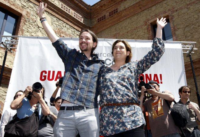 Pablo Iglesias y Ada Colau se abrazan y saludan tras un mitin conjunto...