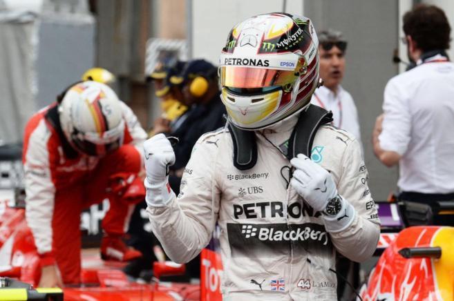 Lewis Hamilton celebra su pole en el circuito de Montecarlo.