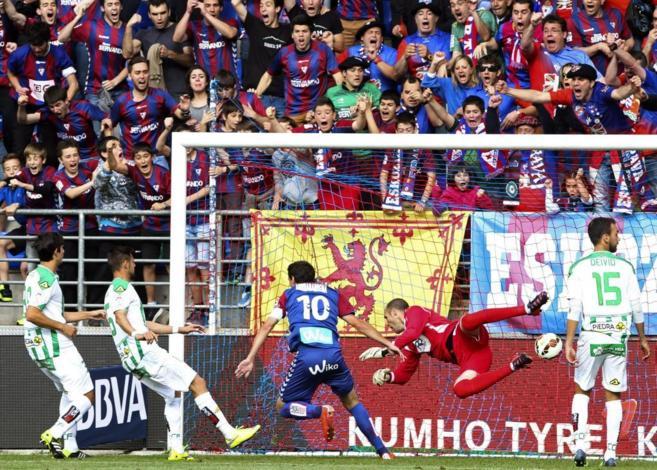 El Eibar celebra uno de sus goles al ya descendido Córdoba, al que...