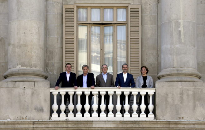 Los candidatos a la alcaldía por Barcelona posan en el balcón del...