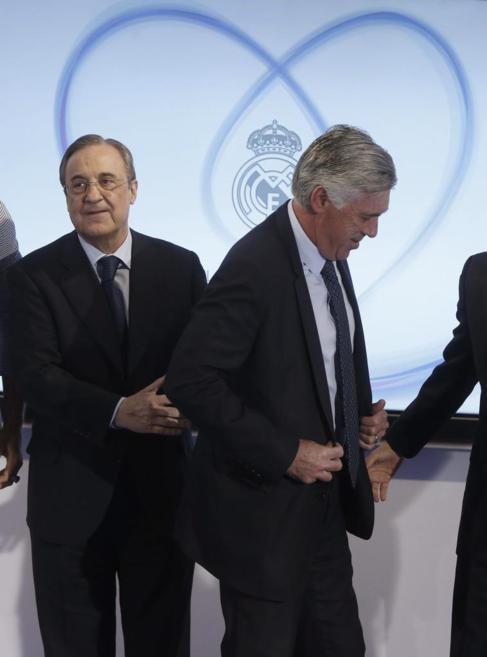 Florentino Pérez, con el entrenador blanco en un acto en el palco...