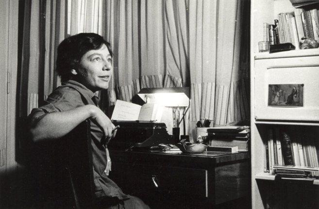 Alejandra Pizarnik, fotografiada en casa de sus padres en Buenos Aires...