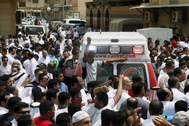 Una multitud permanece junto a una ambulancia tras registrarse la...