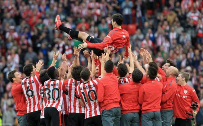 Los jugadores del Athletic de Bilbao despiden a Iraola tras el...