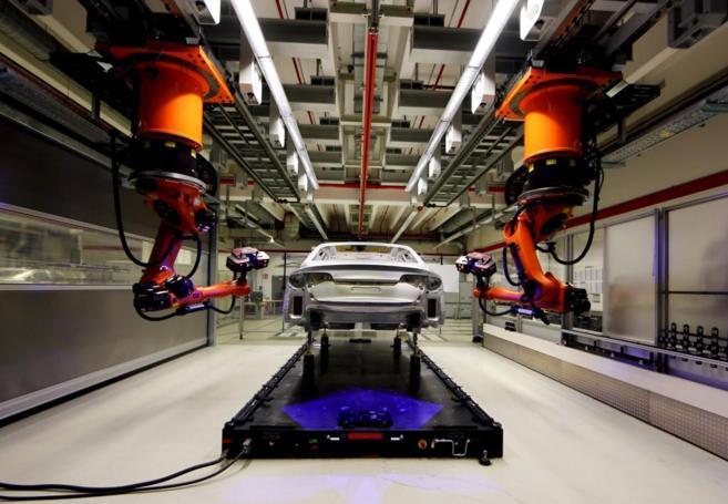 Un robot ensambla un Audi A8 en la planta alemana de Neckarsulm.