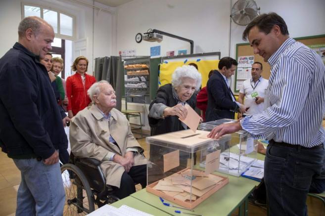 Una mujer ejerce su derecho al voto en un colegio electoral de Murcia.