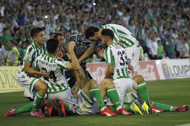 Los jugadores del Betis celebran un gol ante el Alcorcón.