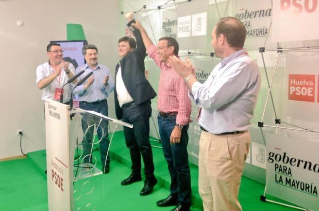 El candidato socialista Gabriel Cruz, en el centro, celebra su...