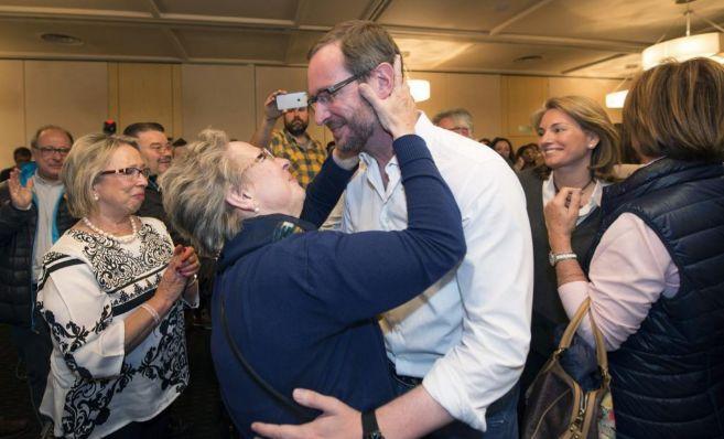 Javier Maroto es felicitado tras conocer los resultados en las...