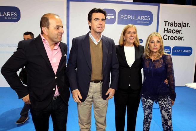 El ministro de Industria, José Manuel Soria, con algunos de los...