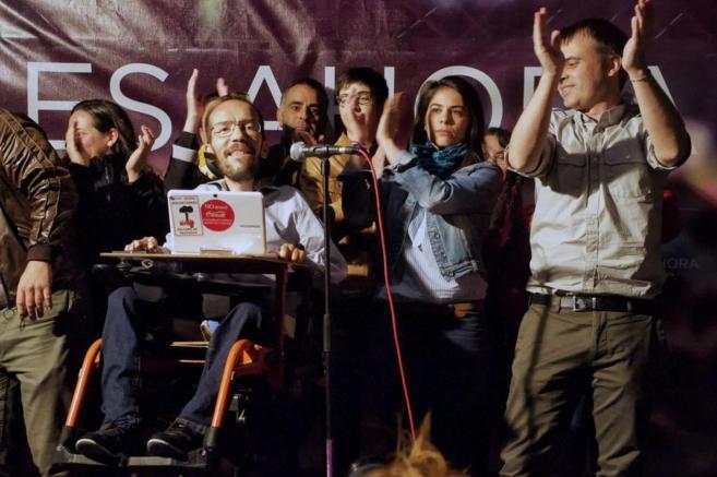 Pablo Echenique, de Podemos, celebra los resultados.