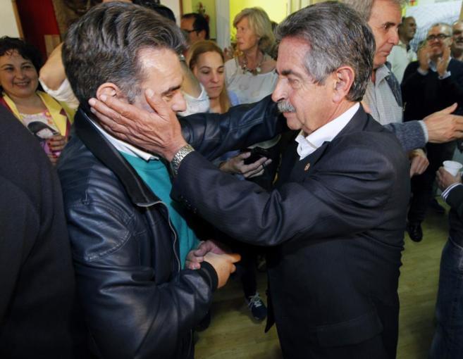 Miguel Ángel Revilla, felicitado por militantes.