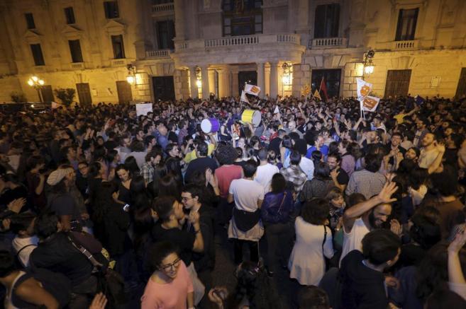 Fiesta organizada por Compromís en la Plaza del Ayuntamiento.