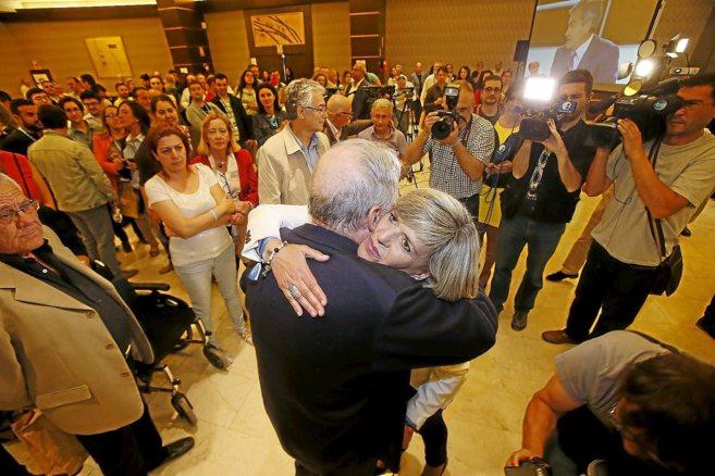 Asunción Sánchez Zaplana abraza a Miguel Valor tras conocer los...