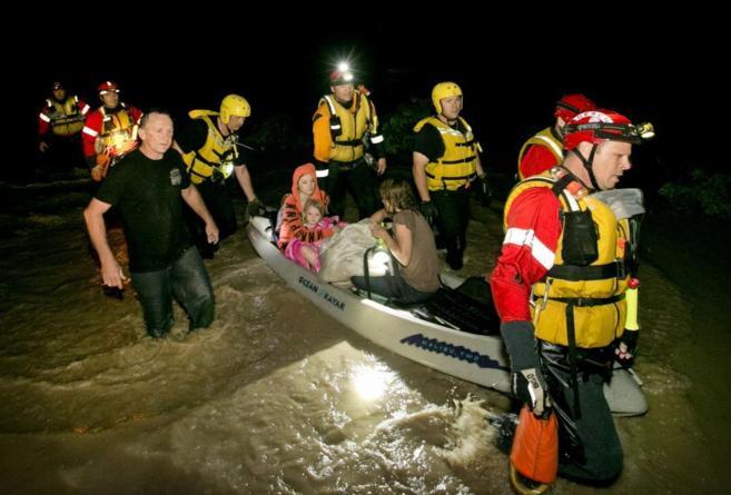 Residentes de Oklahoma son rescatados por los bomberos