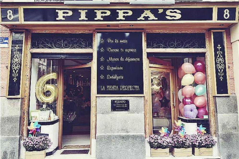 """Pippa's es un nuevo concepto de tienda para decoración de fiestas que abrió sus puertas hace poco más de un año en la Plaza de las Salesas de Madrid, el barrio más de moda de la capital. Un proyecto que trae a nuestro país el concepto de fiestas tematizadas tan común en países como Estados Unidos e Inglaterra, de hecho la mayoría de sus productos vienen de allí: platos bonitos de papel, servilletas especiales, guirnaldas, globos de todas las formas y colores, etc. En <a href=""""http://pippasstore.com/"""" target=""""_blank"""">PIPPA'S</a> tienen una oferta muy amplia de productos de menaje y decoración para todo tipo de eventos: cumpleaños, baby showers, bodas, comuniones, candy bars, meriendas en casa... Mejor, imposible."""