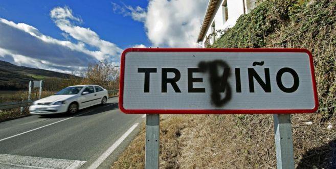 El cartel del pueblo de Treviño con una 'b' que indicaría...