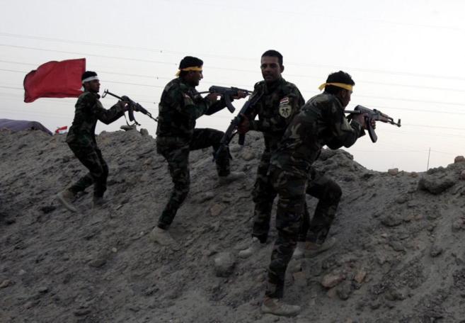 Milicianos chiíes se entrenan con el ejército para combatir a las...