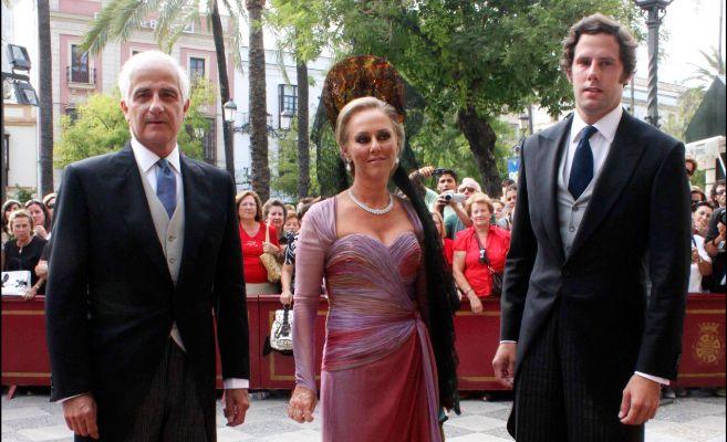 Alfonso Martínez de Irujo con su ex mujer y su hijo Javier, el día...