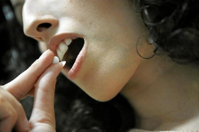 Una mujer consumiendo la píldora