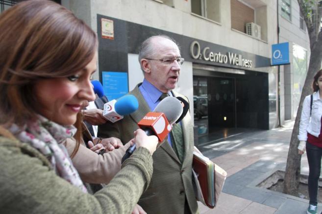 Rodrigo Rato, saliendo de su casa, en Madrid.