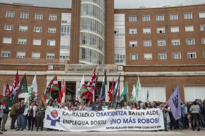 Trabajadores de Osakidetza en una concentración ante el Hospital de...