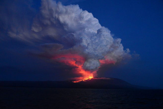 Erupción del volcán Wolf, situado en la isla Isabela.