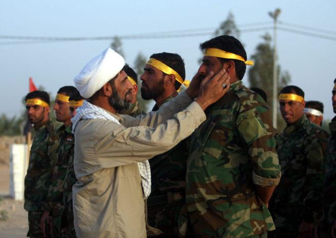 Integrantes de la milicia chií iraquí Kitab al-Abbas durante un...