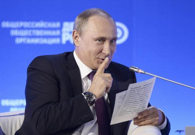 Vladimir Putin manda callar durante un foro empresarial en Moscú.