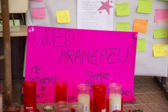 Cartel en recuerdo de Aranzazu en su instituto.