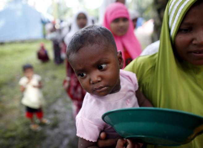 Una joven rohingya y su madre, recién llegados a Indonesia en una...
