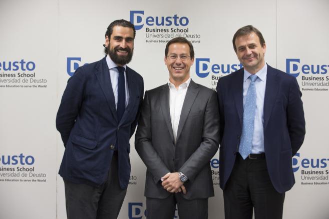 El director de Unidad Editorial, Javier Cabrerizo (centro), junto al...
