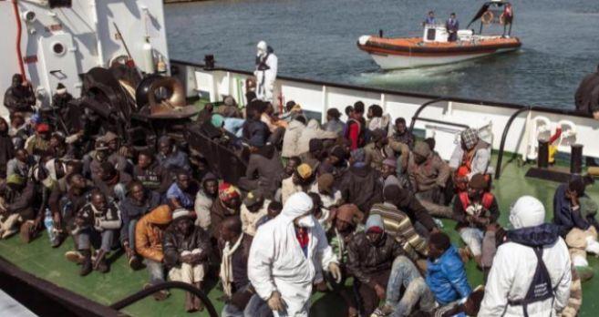 Un grupo de inmigrantes desembarcan en la costa italiana