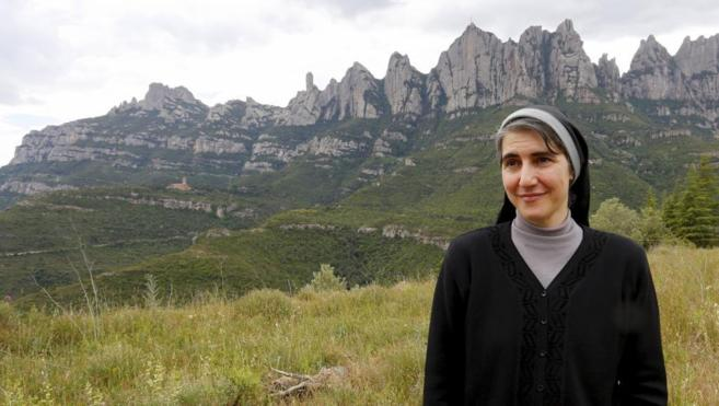 Teresa Forcades, ante la montaña de Montserrat.