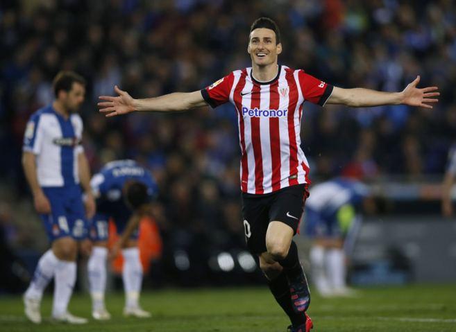 El delantero del Athletic, Aritz Aduriz celebra uno de los goles de la...